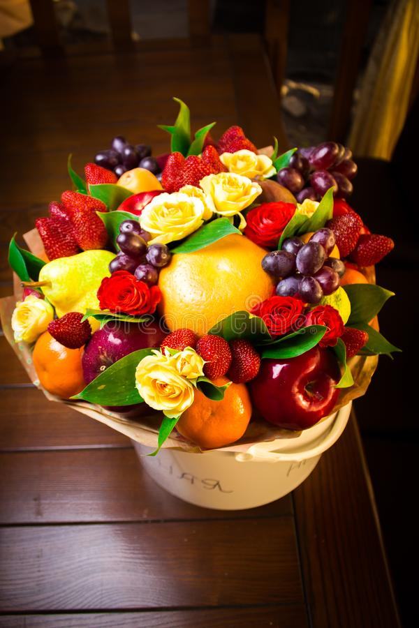Ramo con las flores y las frutas reales fotos de archivo libres de regalías