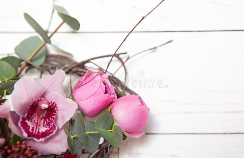 Ramo creativo de la flor en el fondo de madera blanco Maqueta con el espacio de la copia para la tarjeta de felicitación, invitac imágenes de archivo libres de regalías