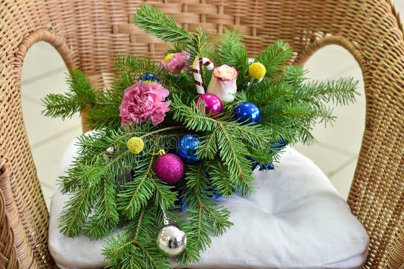 Ramo de árbol de navidad con las decoraciones de la Navidad y claveles y rosas vivos imágenes de archivo libres de regalías