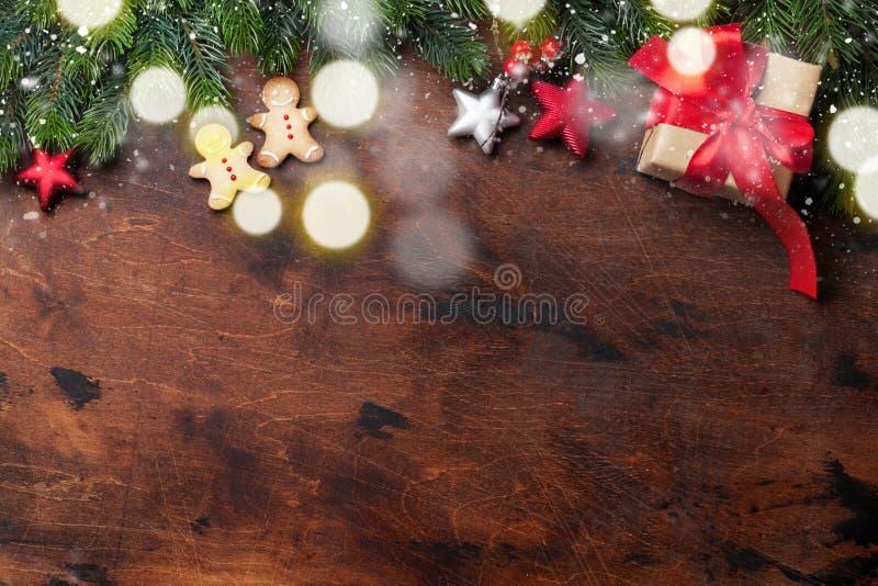 Ramo de árvore do abeto das cookies, da caixa de presente e do xmas do pão-de-espécie do Natal sobre o contexto de madeira Vista  fotografia de stock royalty free