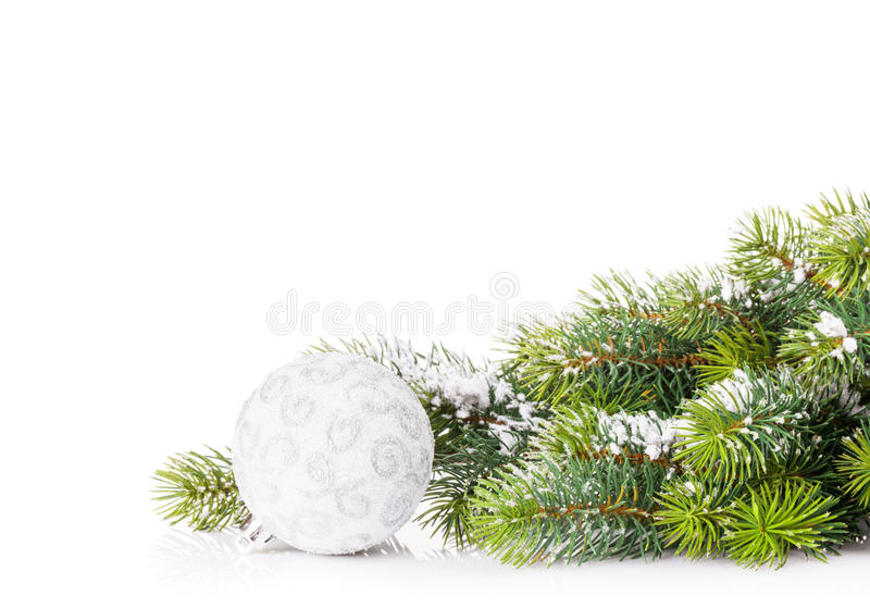 Ramo de árvore do Natal com neve e quinquilharia fotografia de stock