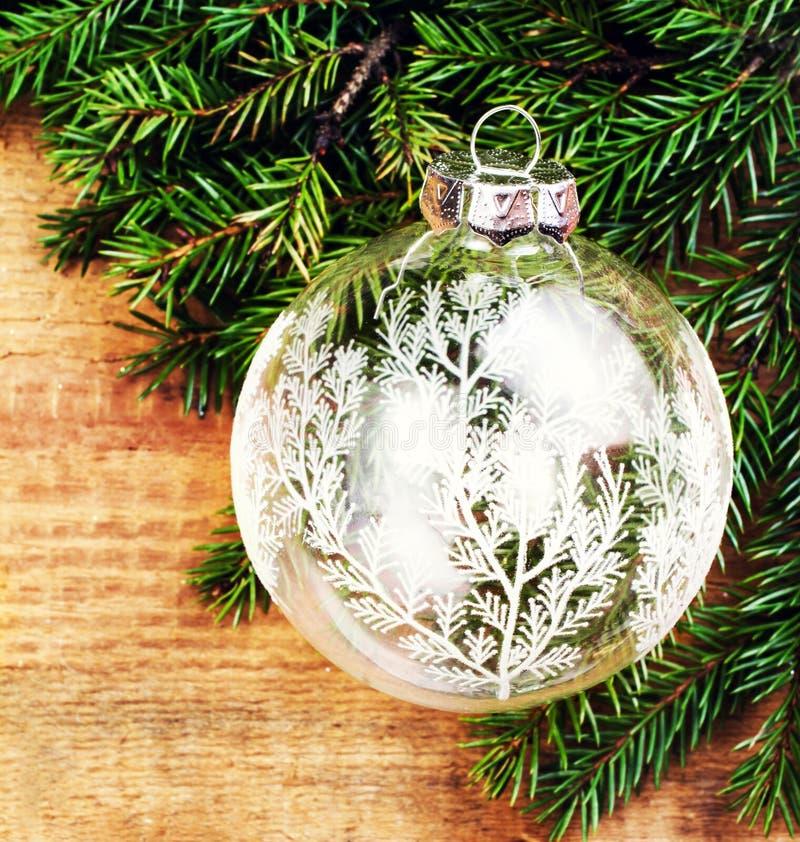 Ramo de árvore do Natal no fundo de madeira com vidro festivo b imagens de stock royalty free