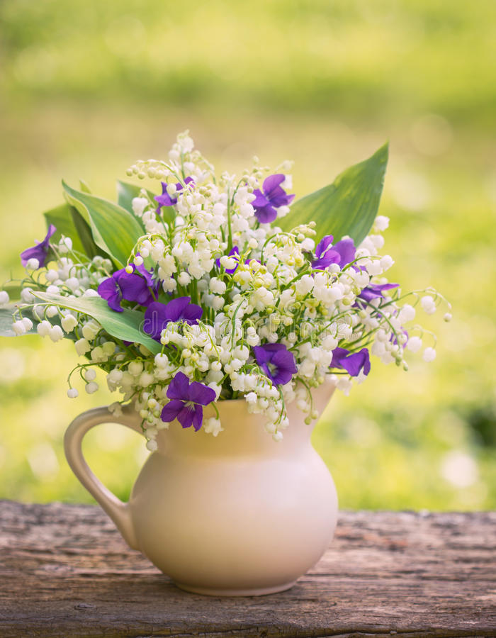 Ramo de Beautifyl de lirios del valle y de violetas foto de archivo