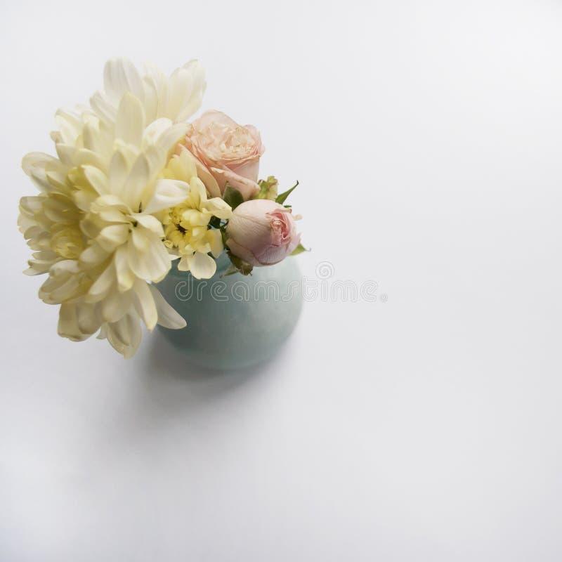 Ramo de crisantemos y de rosas Visión superior foto de archivo