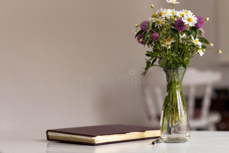 Ramo de diversas flores fotos de archivo
