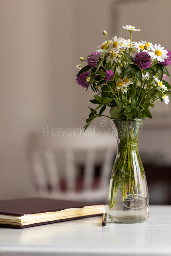 Ramo de diversas flores imagen de archivo