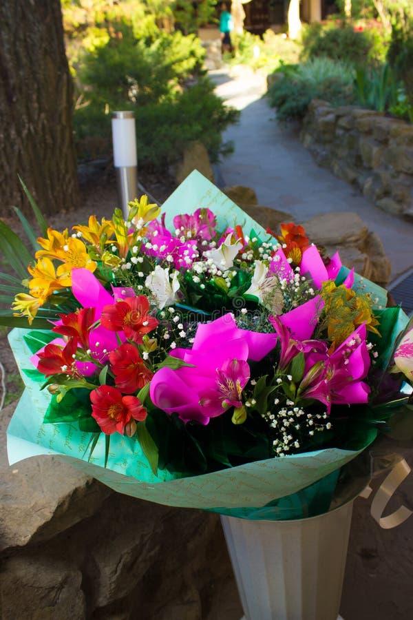 Ramo de diversas flores coloridas imagen de archivo