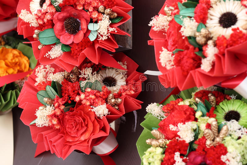 Ramo de flores artificiales coloridas imagen de archivo libre de regalías
