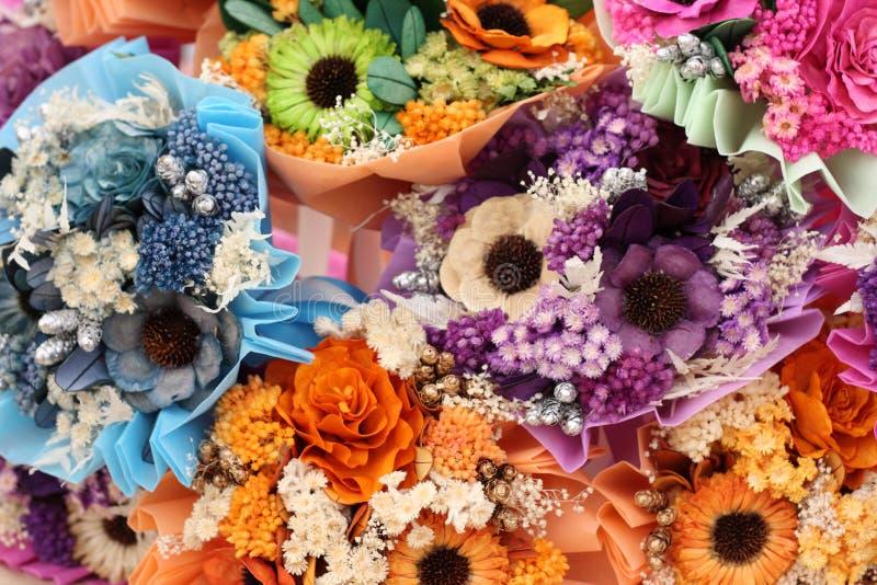 Ramo de flores artificiales coloridas fotos de archivo libres de regalías