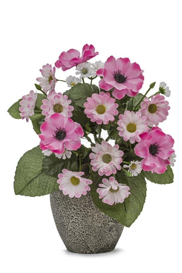 Ramo de flores artificiales en un florero aislado en un fondo blanco imagenes de archivo