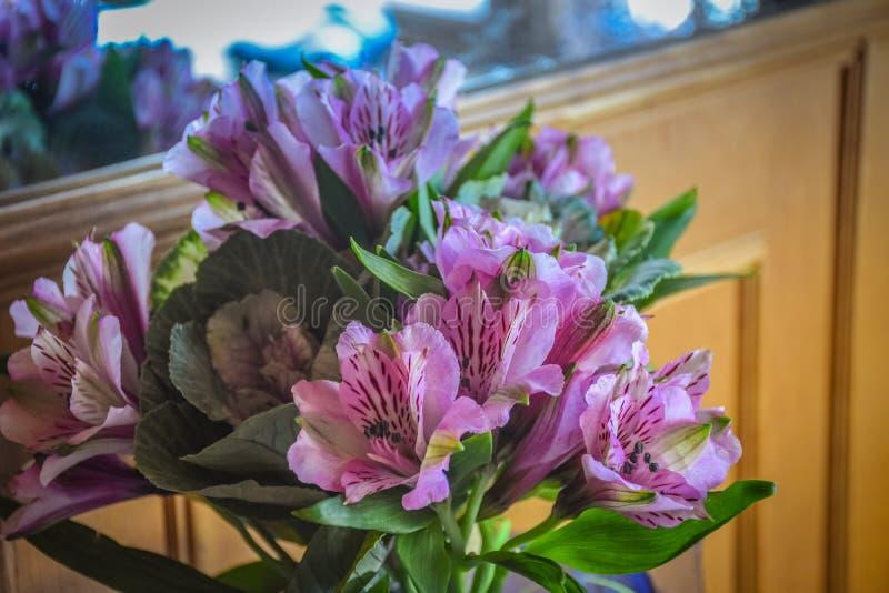 Ramo de flores de campanas holandesas imagenes de archivo