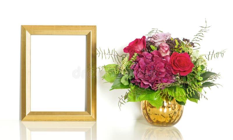 Ramo de flores color de rosa y cumpleaños del marco de oro de feliz imagen de archivo libre de regalías