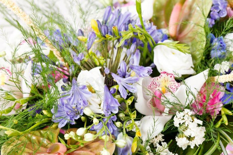 Ramo de flores coloridas fotos de archivo