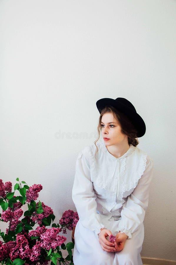 Ramo de flores de la lila en la mano de la muchacha Muchacha hermosa con un l fotos de archivo