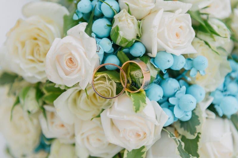 Ramo de flores El bride' ramo de s Ramo nupcial Floristics Anillos de bodas foto de archivo libre de regalías