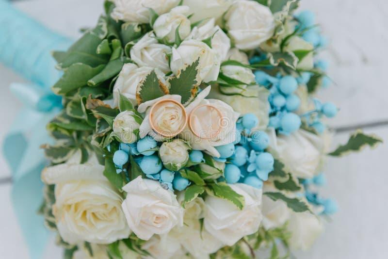 Ramo de flores El bride' ramo de s Ramo nupcial Floristics Anillos de bodas imagen de archivo libre de regalías