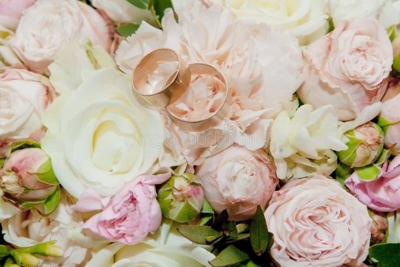 Ramo de flores El ramo del ` s de la novia Ramo nupcial Floristics Anillos de bodas Ramo de la boda de diversos colores imagen de archivo