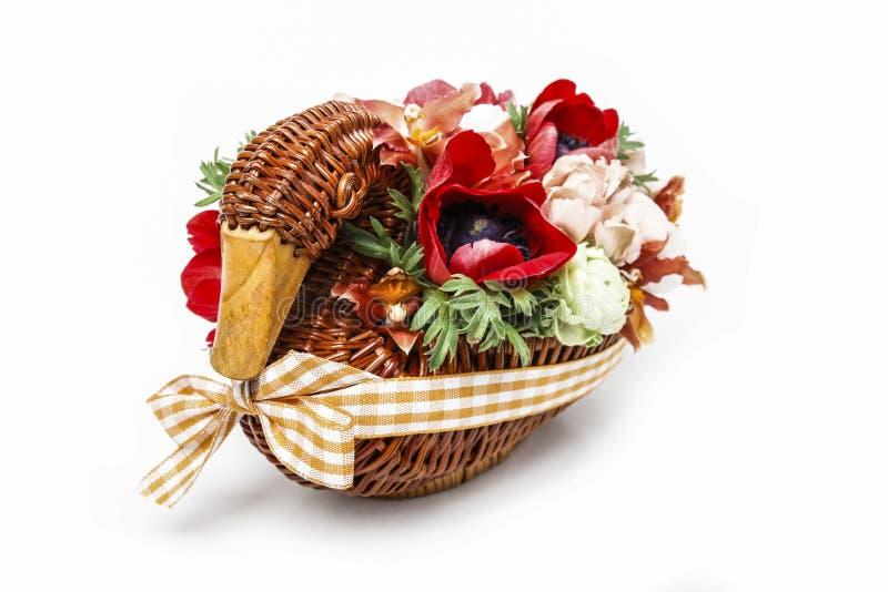 Ramo de flores en ganso de mimbre Pieza central de la tabla imagen de archivo libre de regalías