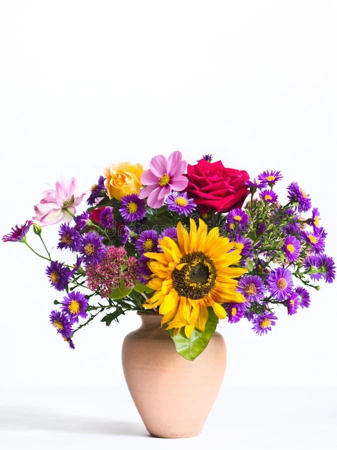 Ramo de flores en un florero imagen de archivo libre de regalías