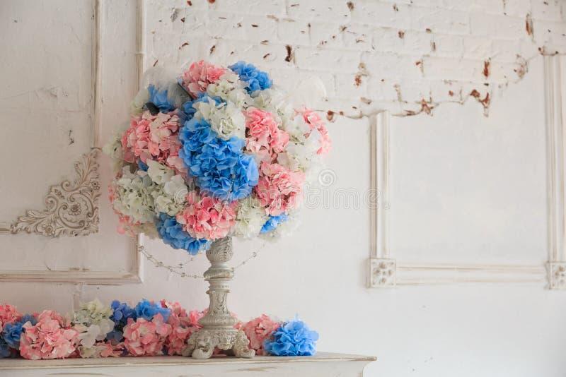 Ramo de flores en un florero en la tabla de madera fotografía de archivo libre de regalías