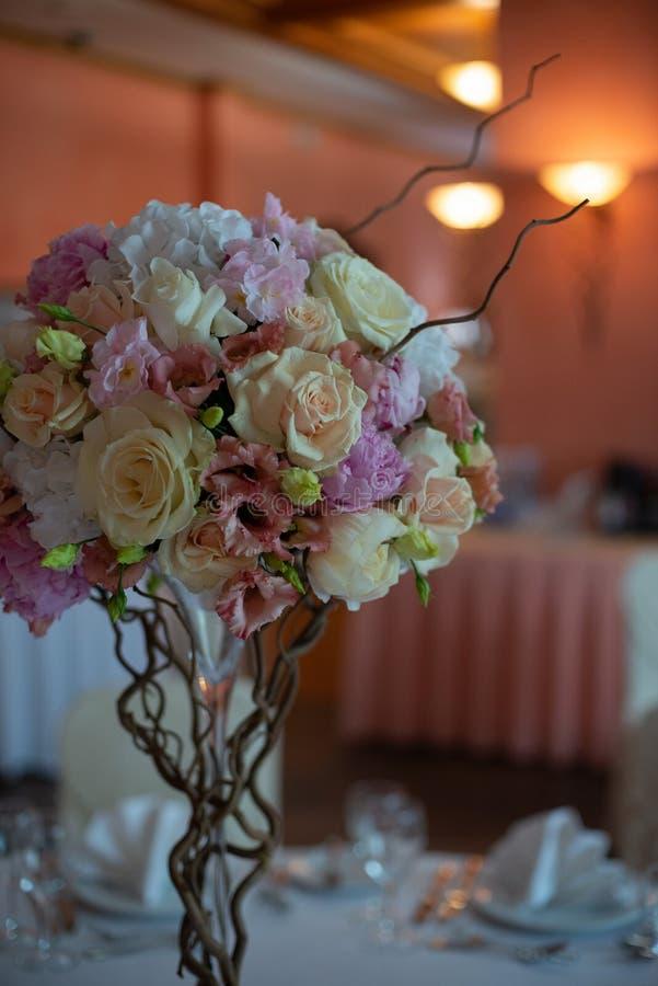 Ramo de flores en una pierna dentro del restaurante para una tienda de la celebración floristry o que se casa el salón imagen de archivo libre de regalías