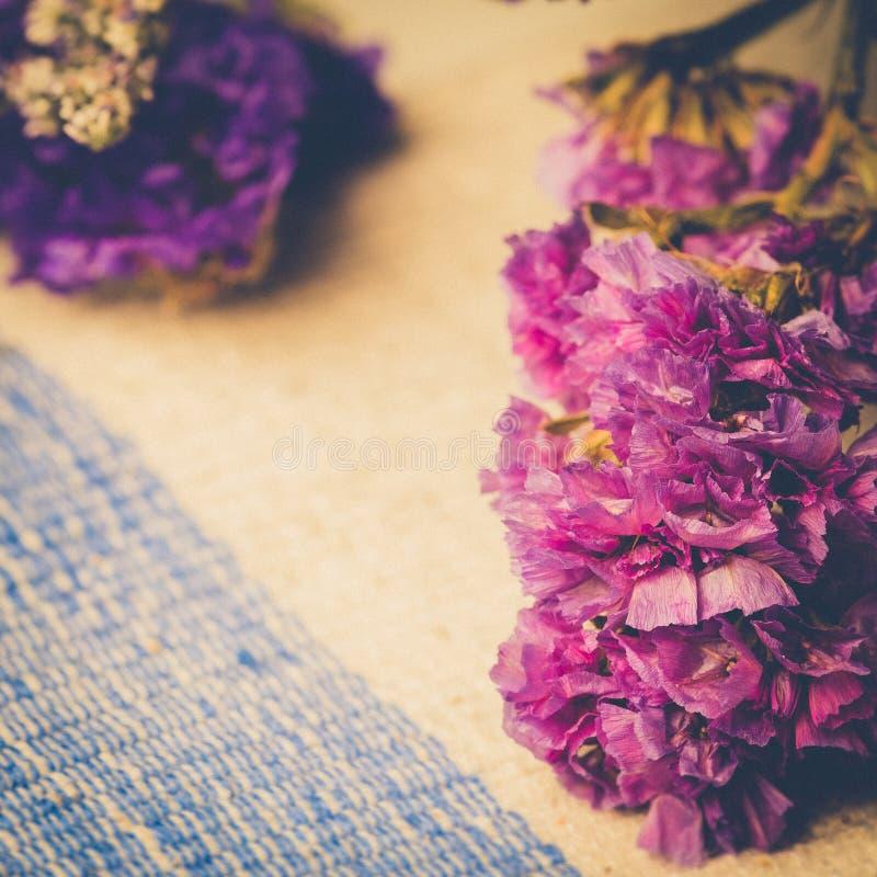 Ramo de flores púrpuras salvajes secadas en fondo de la tabla con VI foto de archivo libre de regalías