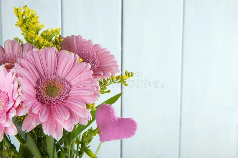 Ramo de flores rosadas del Gerbera fotos de archivo libres de regalías