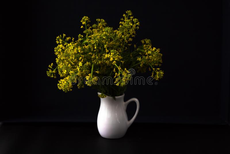 Ramo de flores salvajes en un florero fotos de archivo libres de regalías