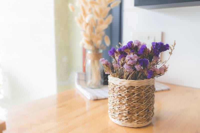 Ramo de flores secadas en florero Flor secada para la decoración interior foto de archivo