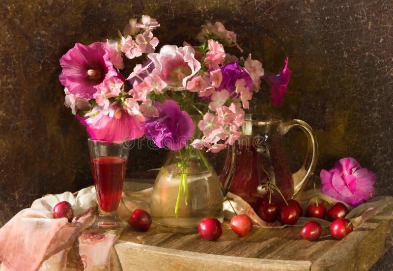 Ramo de flores y de vid fotos de archivo