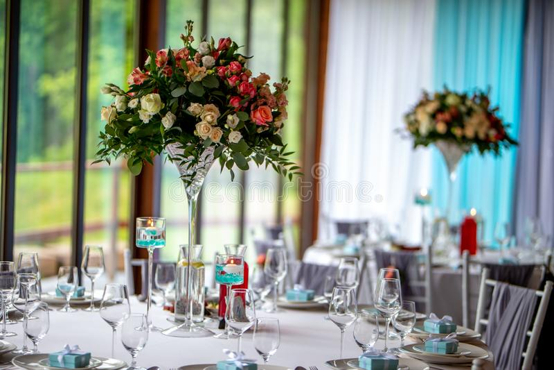 Ramo de flores y de vidrios en la tabla que se casa imagenes de archivo
