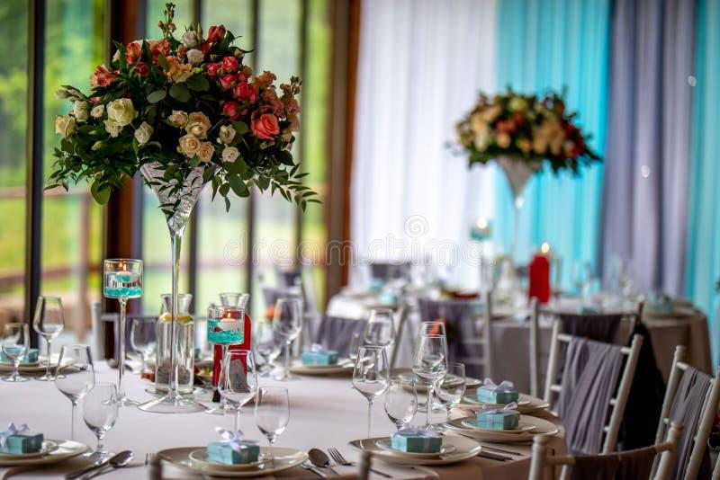 Ramo de flores y de vidrios en la tabla que se casa fotos de archivo