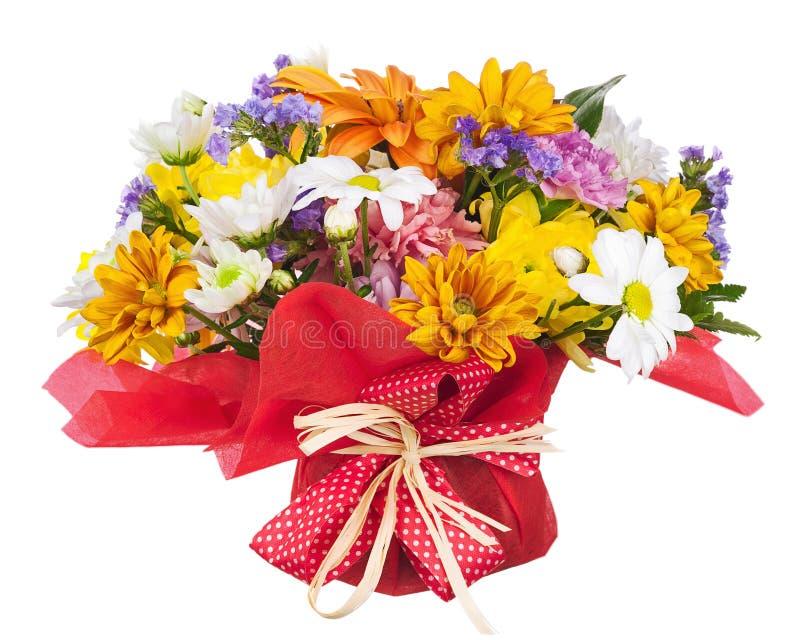 Ramo de gerbera, de claveles y de otras flores aislados en whi foto de archivo