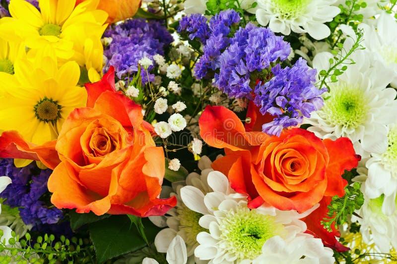 Ramo de gerbera, de rosas y de otras flores imagen de archivo libre de regalías