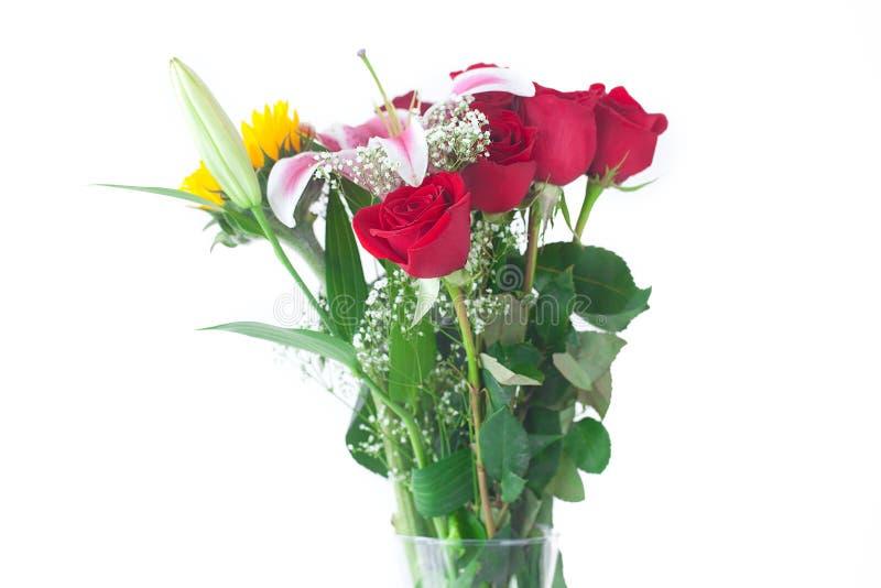 Ramo de girasoles, de lirio y de rosas en un florero imágenes de archivo libres de regalías