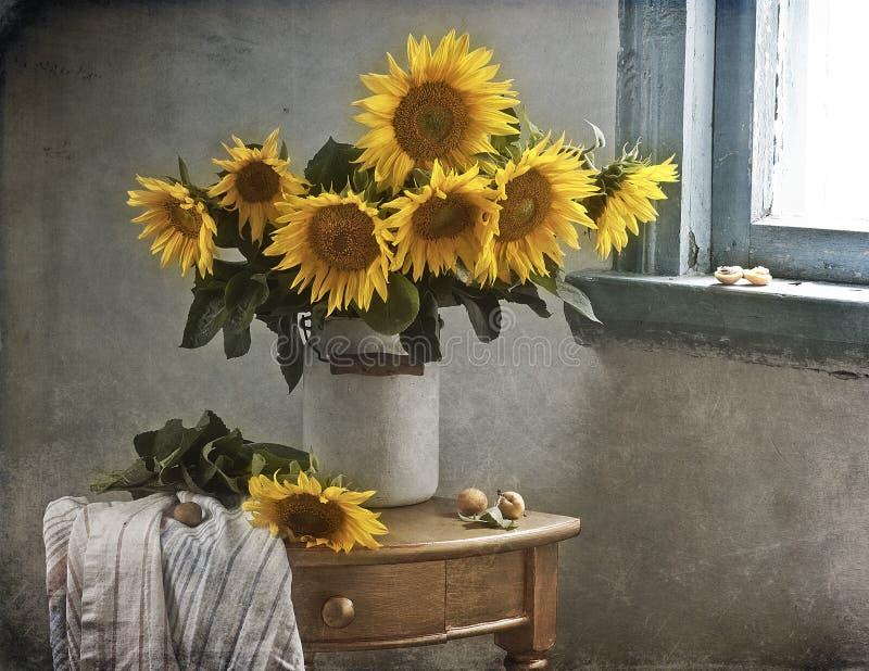 Ramo de girasoles hermosos en un florero fotos de archivo