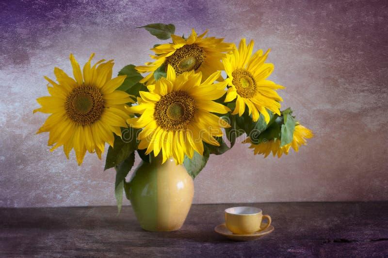 Ramo de girasoles hermosos en un florero foto de archivo libre de regalías