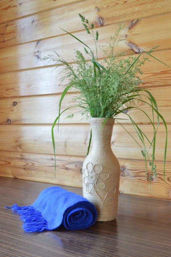 Ramo de hierbas en un florero fotografía de archivo libre de regalías