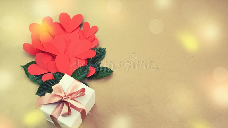 Ramo de la bandera de concepto rojo del arco de la cinta de satén del regalo de los corazones de Valentine& x27; día de s, cumple fotos de archivo