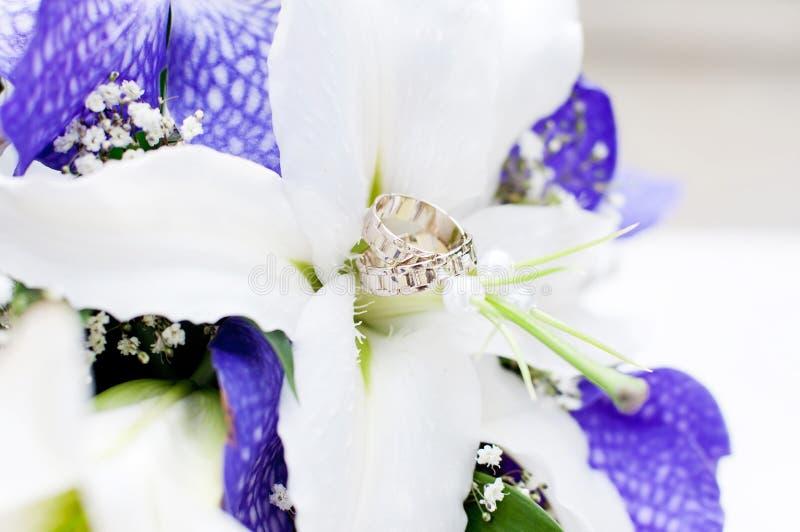 Ramo de la boda con las flores blancas y violetas. Anillos fotos de archivo
