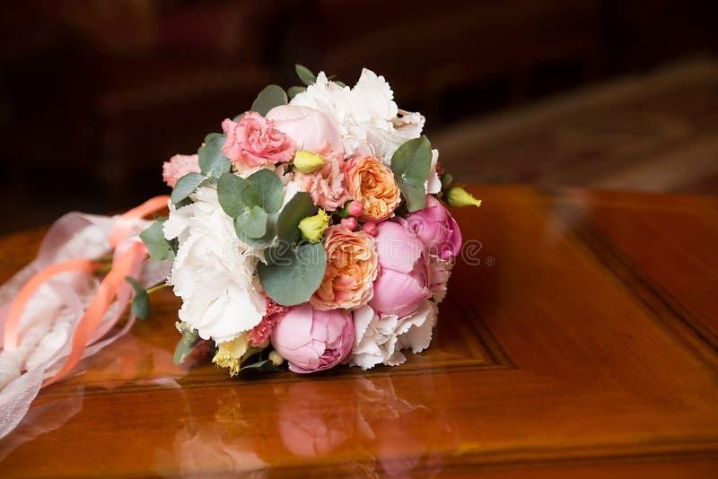 Ramo de la boda con las peonías Flores rosadas y blancas fotografía de archivo