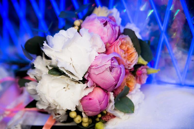 Ramo de la boda con las peonías Flores rosadas y blancas imagen de archivo libre de regalías
