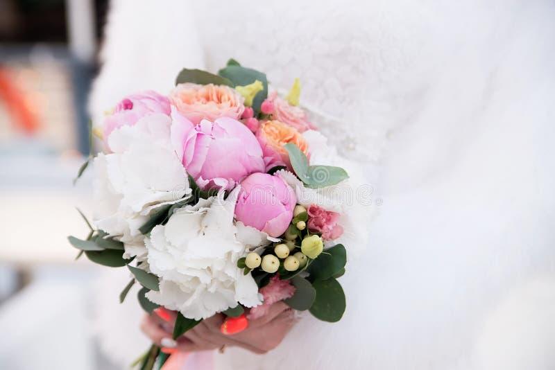 Ramo de la boda con las peonías Flores rosadas y blancas imágenes de archivo libres de regalías
