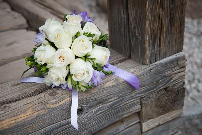 Ramo de la boda con las rosas blancas en el fondo de madera foto de archivo libre de regalías