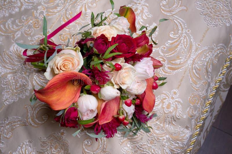 Ramo de la boda con las rosas blancas y rojas y las calas rojas imagen de archivo