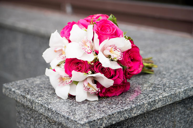 Ramo de la boda con los lirios blancos y las rosas rojas imágenes de archivo libres de regalías