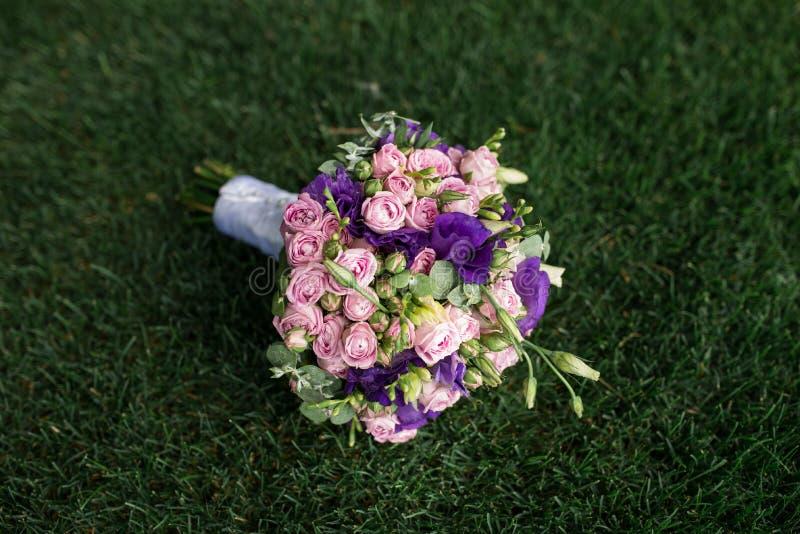 Ramo de la boda con la peonía rosada, las rosas amarillas y el verdor imágenes de archivo libres de regalías