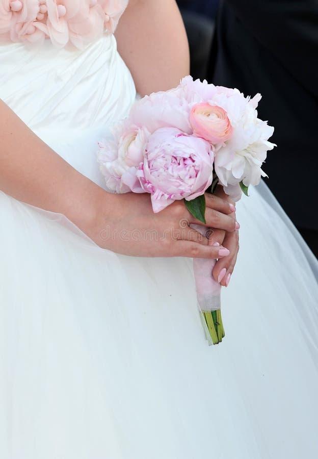 Ramo de la boda de la explotación agrícola de la novia fotos de archivo