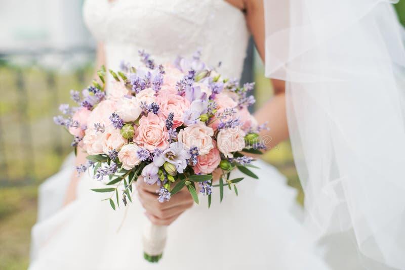 Ramo de la boda de lavanda, de rosas y de peonías fotos de archivo libres de regalías
