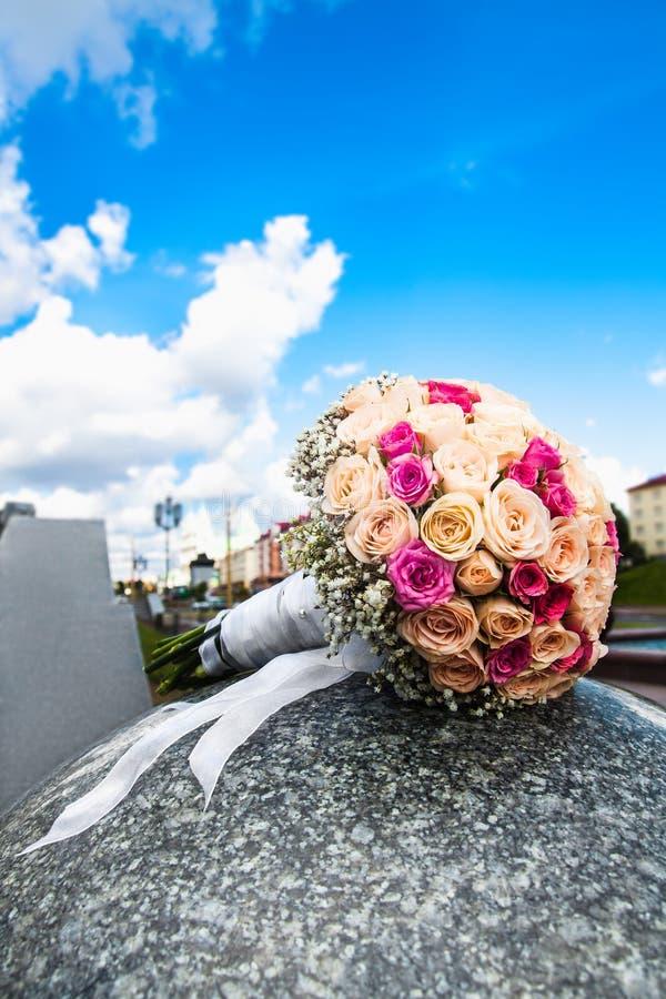 Ramo de la boda de rosas amarillas y rosadas foto de archivo